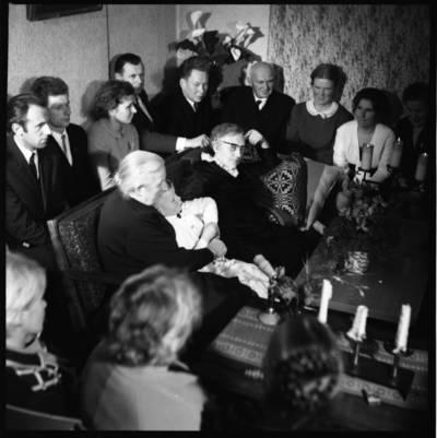 [Žvakių vakaras su rašytoja Ieva Simonaityte. Priekulė] / Bernardas Aleknavičius. - 1969.XI.29