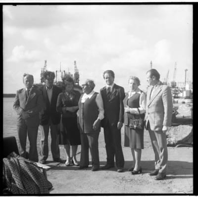[Rašytoja Ieva Simonaitytė ruošiantis pasiplaukioti Baltijos jūroje] / Bernardas Aleknavičius. - 1977.IX.5