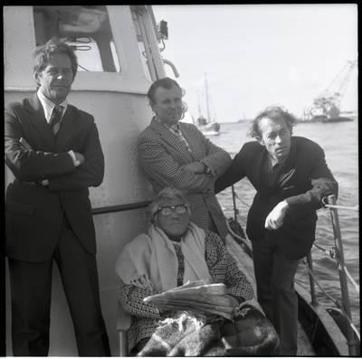 [Rašytoja Ieva Simonaitytė pasiplaukiojimo Baltijos jūra metu. Klaipėda] / Bernardas Aleknavičius. - 1977.IX.5