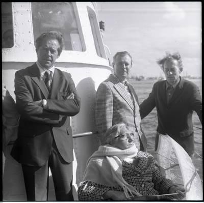 [Rašytoja Ieva Simonaitytė pasiplaukiojimo po Baltijos jūrą metu. Klaipėda] / Bernardas Aleknavičius. - 1977.IX.5