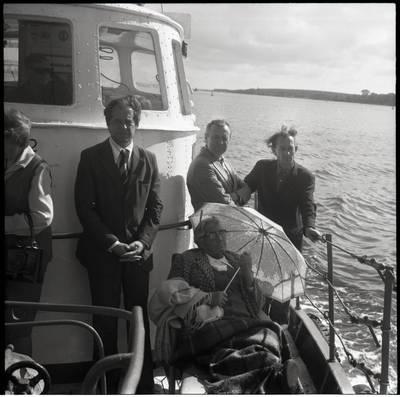 [Pasiplaukiojimas Baltijos jūra su rašytoja Ieva Simonaityte. Klaipėda] / Bernardas Aleknavičius. - 1977.IX.5