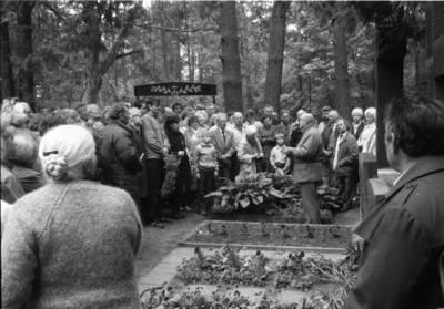 [Ekskursija Vanagų kapinaitėse. Prie kunigo Kristupo Lokio kapo] / Bernardas Aleknavičius. - 1990.V.27