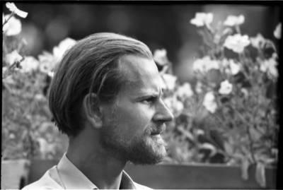 [Tautodailininkas Eduardas Jonušas rašytojos Ievos Simonaitytės vasarnamio sodelyje. Vingio g. 11. Priekulė] / Bernardas Aleknavičius. - 1966.VIII.21