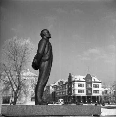 [Lenino paminklas Lenino (dab. Atgimimo) aikštėje žiemą. Klaipėda] / Bernardas Aleknavičius. - 198-