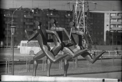 "[Skulptoriaus Regimanto Midvikio dekoratyvinė skulptūra ""Bėgikai"" Klaipėdoje] / Bernardas Aleknavičius. - 198-"