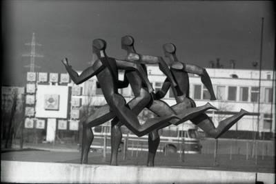 "[Skulptoriaus Regimanto Midvikio skulptūra ""Bėgikai"" Klaipėdoje] / Bernardas Aleknavičius. - 198-"