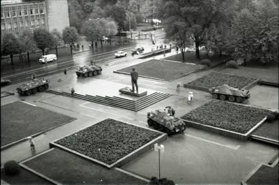 [Šarvuočiai saugo Lenino paminklą 1991 m. Klaipėda] / Bernardas Aleknavičius. - 1991