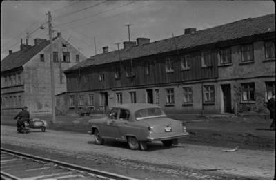 [Paminklinė lenta ant pastato prie Celiuliozės - kartono kombinato Nemuno g. Klaipėdoje] / Bernardas Aleknavičius. - 19--