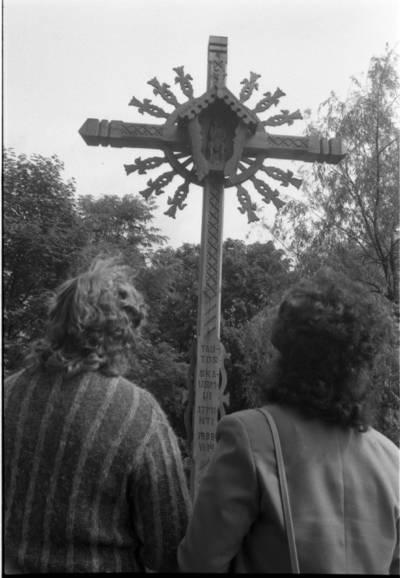 [Kryžius Dangės skvere 1990 m. Klaipėdoje] / Bernardas Aleknavičius. - 1990
