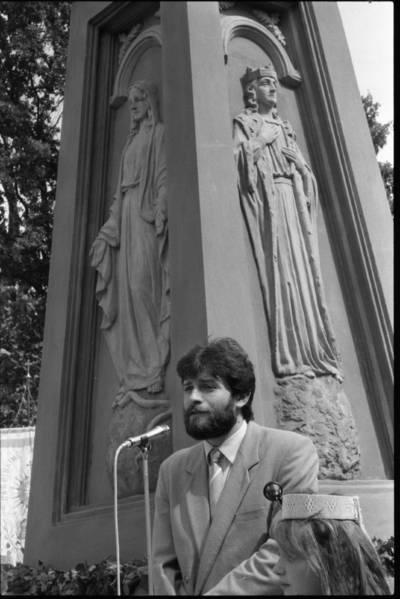 [Kultūros ir švietimo ministras Darius Kuolys sako kalbą per atstatyto Laisvės paminklo (skulptorius Adomas Jakševičius) atidengimo ceremoniją 1990 m. Švėkšna, Šilutės r.] / Bernardas Aleknavičius. - 1990.VII.29