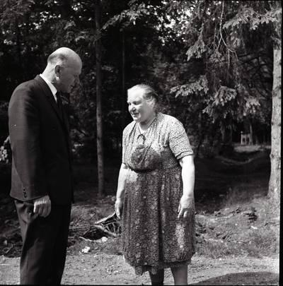 [Rašytojas Juozas Baltušis ir neatpažintas asmuo Žemaitijos botanikos sode. Kalnėnai, Skuodo r.] / Bernardas Aleknavičius. - 1969.VII.22