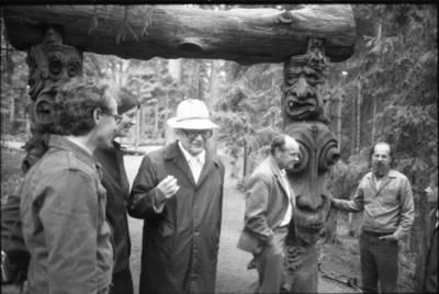 [Profesorius Viktoras Falkenhanas lankosi Raganų kalne 1983 m. Juodkrantė] / Bernardas Aleknavičius. - 1983