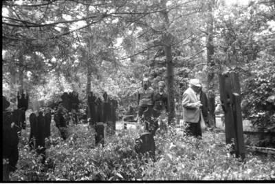 [Profesorius Viktoras Falkenhanas lankosi Nidos etnografinėse kapinėse] / Bernardas Aleknavičius. - 1983