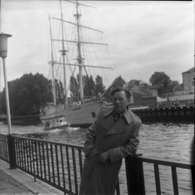 """[Poetas Paulius Drevinis burlaivio """"Meridianas"""" fone. Klaipėda] / Bernardas Aleknavičius. - 1979"""