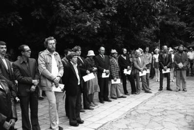 [Skulptorių simpoziumo Smiltynėje dalyviai renginyje 1982 m. Klaipėdos skulptūrų parke] / Bernardas Aleknavičius. - 1982