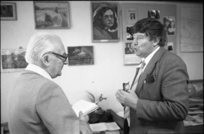 [Profesorius Viktoras Falkenhanas ir prozininkas, kraštotyrininkas Pranas Mikalauskas 1983 m. Vilkija] / Bernardas Aleknavičius. - 1983.VIII.16