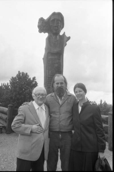 [Profesorius Viktoras Falkenhanas su tautodailininku Eduardu Jonušu bei Barhele Falkenhan prie paminklo Liudvikui Rėzai Neringoje] / Bernardas Aleknavičius. - 1983