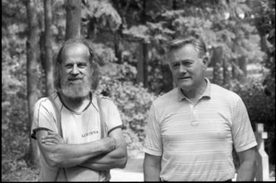 [Tautodailininkas Eduardas Jonušas su politiku Valdu Adamkumi 1991 m. Nida] / Bernardas Aleknavičius. - 1991.VIII.6