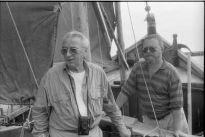 [Mokytojas Albertas Vėlius ir neatpažintas asmuo 1991 m. Nidoje] / Bernardas Aleknavičius. - 1991