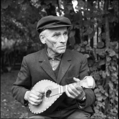 [Kaimo kultūros inteligentas, veiklus lietuvininkas, muzikantas mėgėjas Martynas Kavolis su savo rankų darbo mandolina. Diegliai] / Bernardas Aleknavičius. - 1976