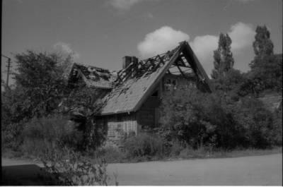[Sudegęs namas, kuriame 1925-1931 m. gyveno ir kūrė rašytoja Ieva Simonaitytė. Butsargių g. 2 (dab. Baltikalnio g. 12). Klaipėda] / Bernardas Aleknavičius. - 1996.IX.6