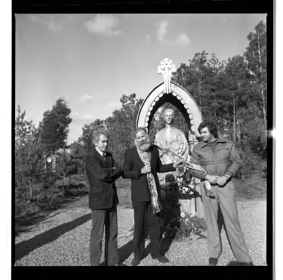 [Tautodailininkas Vytautas Majoras savo paminklinės skulptūros, skirtos rašytojos Ievos Simonaitytės gimtinei atminti, atidengimo šventėje. Vanagai] / Bernardas Aleknavičius. - 1986