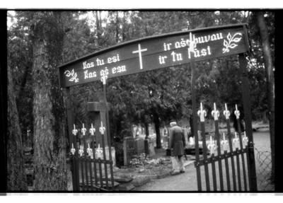 [Teisininkas Paulius Lokys lankosi Vanagų kapinaitėse, kuriose palaidotas jo tėvas Kristupas Lokys] / Bernardas Aleknavičius. - 1993.XI.9