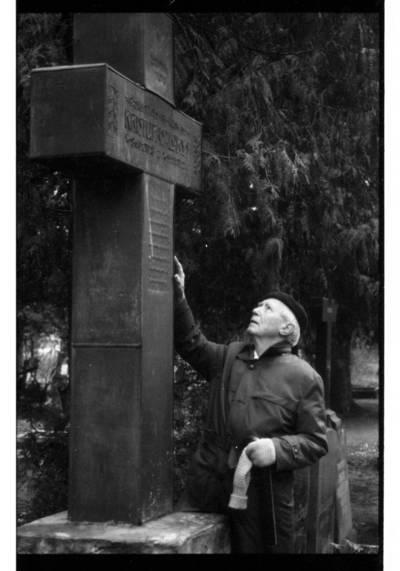 [Teisininkas Paulius Lokys prie savo tėvo Kristupo Lokio kapo Vanagų kapinaitėse] / Bernardas Aleknavičius. - 1993.XI.9