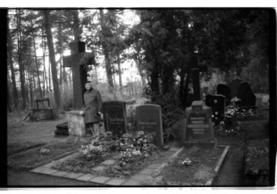 [Teisininkas Paulius Lokys Vanagų kapinėse, kuriose palaidotas jo tėvas Kristupas Lokys] / Bernardas Aleknavičius. - 1993.XI.9