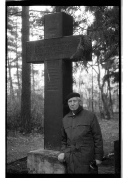 [Teisininkas Paulius Lokys, stovintis prie savo tėvo Kristupo Lokio kapo Vanagų kapinėse] / Bernardas Aleknavičius. - 1993.XI.9