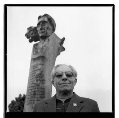 [Profesorius Jonas Vytautas Nainys prie paminklo L. G. Rėzai] / Bernardas Aleknavičius. - 1983
