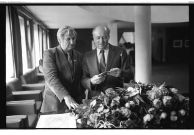 [Skulptorius Konstantinas Bogdanas ir menotyrininkas Jonas Tatoris 1983 m. Klaipėda] / Bernardas Aleknavičius. - 1983