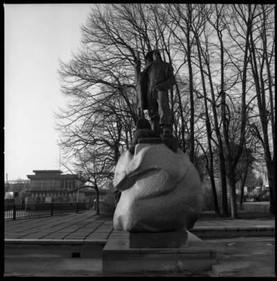 """[Skulptoriaus Kazimiero Kisielio skulptūra """"Žvejas"""" prie Danės upės] / Bernardas Aleknavičius. - 198-"""
