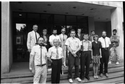 [Konkurso M. Mažvydo paminklui sukurti darbų vertinimo komisija ir paminklų kūrėjai] / Bernardas Aleknavičius. - 1993.V.14