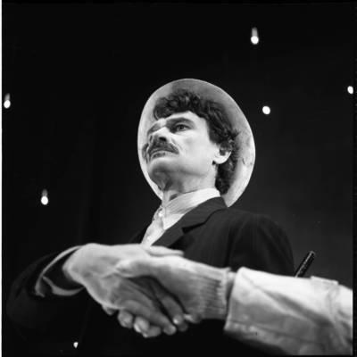 """[Aktorius Balys Barauskas spektaklio """"Po Svarstyklių ženklu"""" metu. Klaipėdos dramos teatras] / Bernardas Aleknavičius. - 1976"""