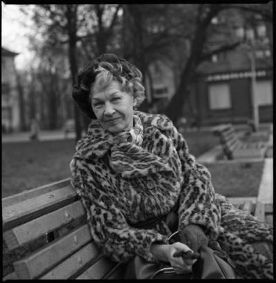 [Aktorė Janina Budrikaitė, sėdinti ant suolelio Pergalės aikštėje. Klaipėda] / Bernardas Aleknavičius. - 1978