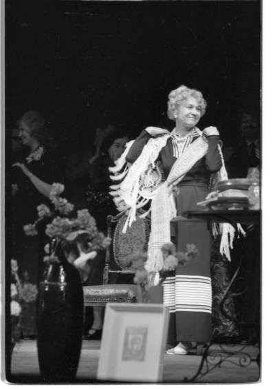 [Teatro aktorė Janina Budrikaitė autorinio vakaro metu Klaipėdos dramos teatre] / Bernardas Aleknavičius. - 1978