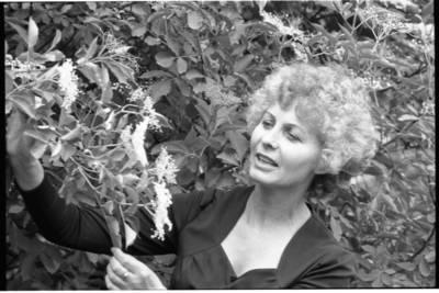 [Besišypsanti teatro aktorė Marija Černiauskaitė. Klaipėda] / Bernardas Aleknavičius. - 198-
