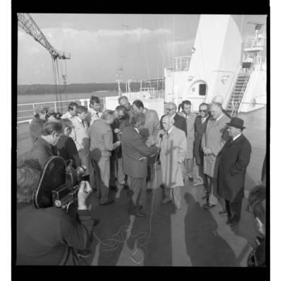 [SSRS Susisiekimo ministras vizito baigiamoje statyti Tarptautinėje jūrų perkėloje duoda interviu kelte] / Bernardas Aleknavičius. - 1986