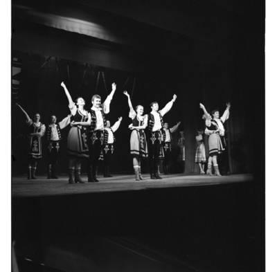 """[Šoka Klaipėdos tautinių šokių ir dainų ansamblis """"Žilvinas"""". Vengrų liaudies šokis """"Čardašas""""] / Bernardas Aleknavičius. - 1980"""