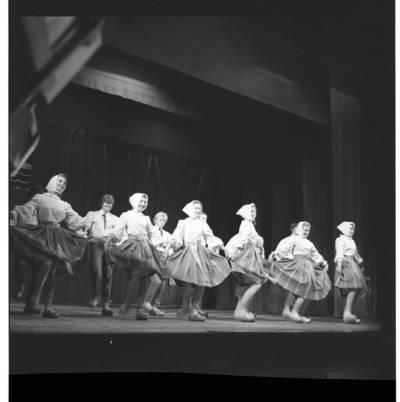 """[Šoka Klaipėdos tautinių šokių ir dainų ansamblis """"Žilvinas"""". Šokis """"Klumpakojis""""] / Bernardas Aleknavičius. - 1980"""
