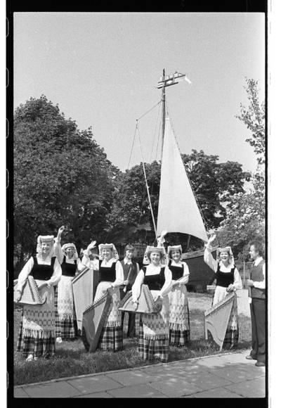 """[Klaipėdos ansamblio """"Žilvinas"""" kanklininkės prie kurėno su vėtrunge] / Bernardas Aleknavičius. - 1981.VI."""