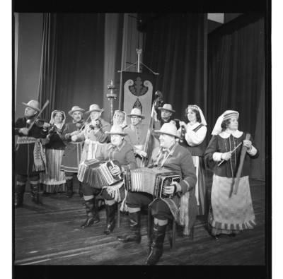 """[Groja liaudies muzikos ansamblis """"Senoliai""""] / Bernardas Aleknavičius. - 1987"""