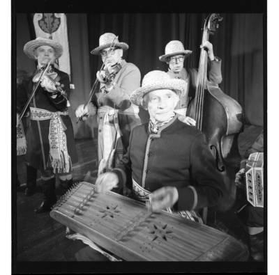 """[Ansamblio """"Senoliai"""" muzikantas groja cimbolais] / Bernardas Aleknavičius. - 1987"""