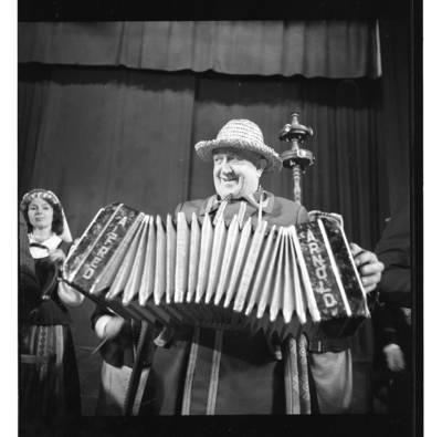 """[Ansamblio """"Senoliai"""" muzikantas groja bandonija] / Bernardas Aleknavičius. - 1987"""