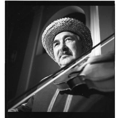 """[Ansamblio """"Senoliai"""" solistas griežia smuiku] / Bernardas Aleknavičius. - 1987"""