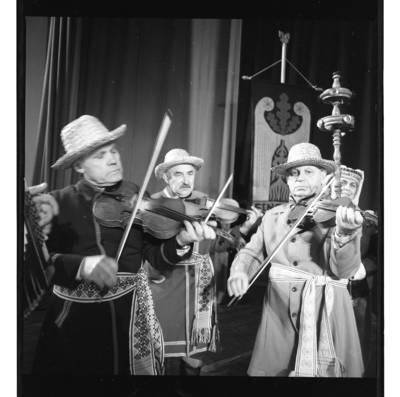 """[Griežia ansamblio """"Senoliai"""" trio] / Bernardas Aleknavičius. - 1987"""