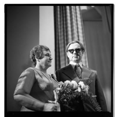 [Prozininkas, poetas, dainininkas Juozas Marcinkus su žmona Albina Marcinkiene] / Bernardas Aleknavičius. - 1978