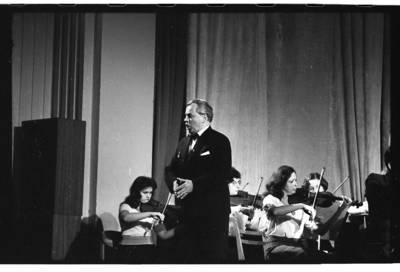 [Dainuoja Klaipėdos liaudies operos teatro solistas Faustas Alšėnas] / Bernardas Aleknavičius. - 1976.XII.11