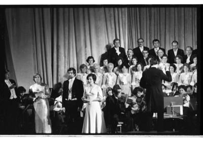 [Klaipėdos liaudies operos teatro choro ir solistų jubiliejinis koncertas. Dirigentas Kazys Kšanas] / Bernardas Aleknavičius. - 1976.XII.11